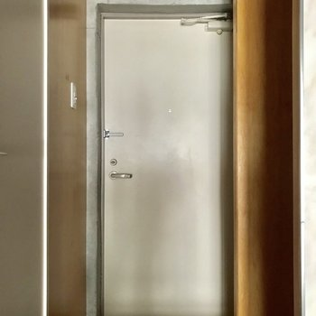 コンクリ×ウッドで統一感のあるいい雰囲気のお部屋ですね◎※写真は通電前のものです