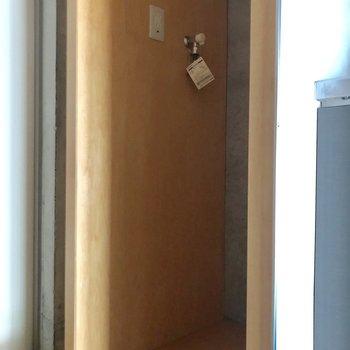 玄関手前に洗濯機置場です。洗濯パンはご用意を。※写真は通電前のものです