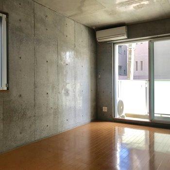 二面採光の居室ベッドはこちら側の壁に置きましょうか。※写真は通電前のものです