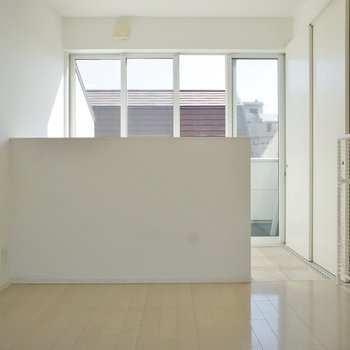 3Fは寝室。柔らかい光が心地良い空間に。※写真はクリーニング前※写真は前回募集時のもの。