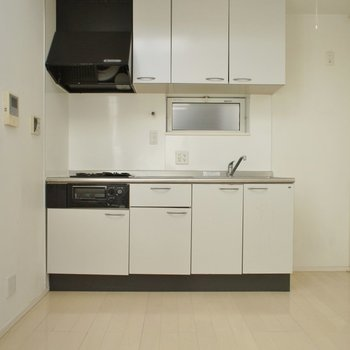 キッチンもホワイトでまとめて。※写真はクリーニング前
