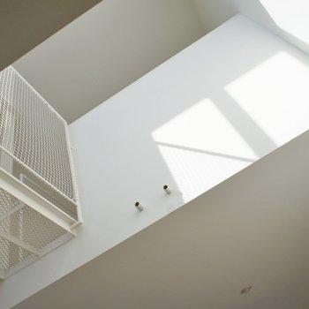 2Fから見上げた天井。※写真はクリーニング前※写真は前回募集時のもの。