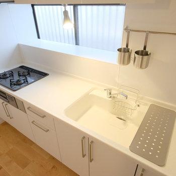 このキッチン、コンロ、作業場、シンクがほぼ同じ大きさ。羨ましい。。