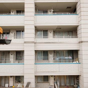 ベランダから向かいのマンションが見えます