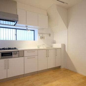 キッチンエリアも広々!腰壁が程よい位置に。