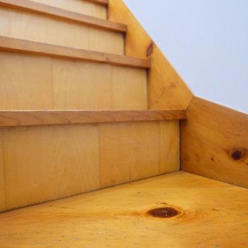 リノベならではの味のある階段。新しい無垢床とも相性◎
