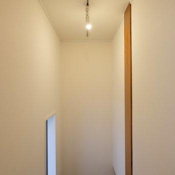 階段にも贅沢にライティングレール仕様!ここにもペンダントライトが似合いそう。