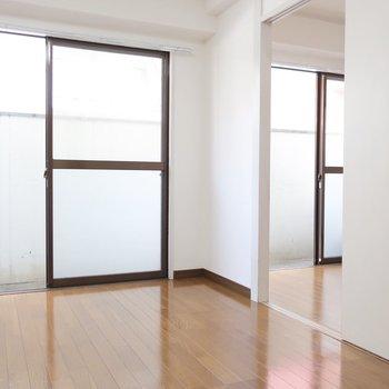 お隣にもさらに洋室。引き戸を外して使っちゃうのもアリじゃない?