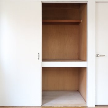 収納は押入れだけど扉がシンプルな白なのがいいね♪