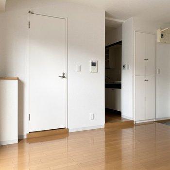 キッチン、浴室の扉の前に段差があります