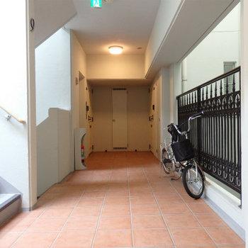テラコッタのタイルが可愛い共有廊下