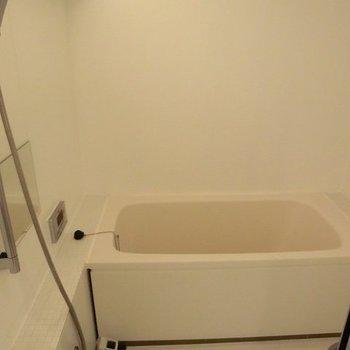 扉は透明のお風呂です。※写真は11階の同間取り別部屋のものです