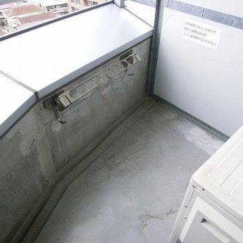 バルコニーはコンパクト。※写真は11階の同間取り別部屋のものです