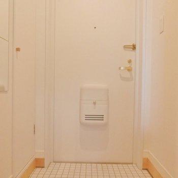 玄関床は白いタイルでオシャレに。