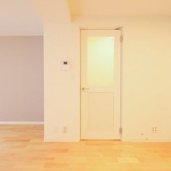 【イメージ】リビングのドアは窓ガラスから光が溢れそう〜