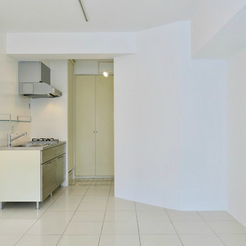真っ白で広く見えます!※写真は2階の同間取り別部屋のものです。