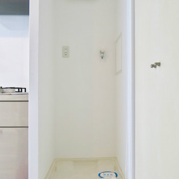 この洗濯機置き場はブラインドもかけられます!※写真は2階の同間取り別部屋のものです。