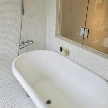 脚を伸ばせる広い浴槽。※写真は2階の同間取り別部屋のものです。