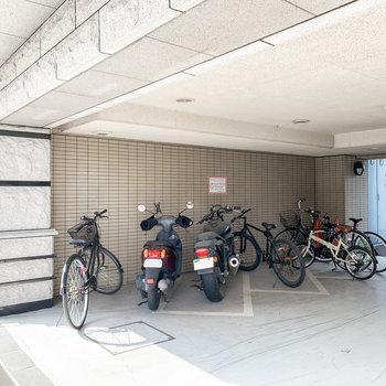 バイク置場は敷地内に。雨の日でも安心です。