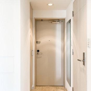 玄関には姿見が。出掛ける前の最終チェックはこちらで。