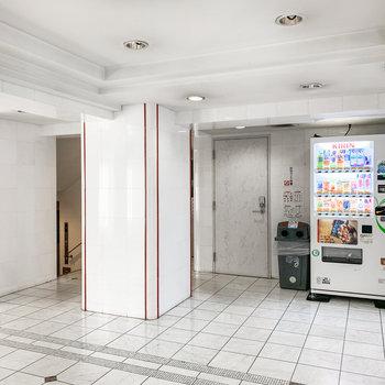 エントランスホールには自動販売機も。