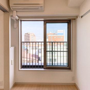 【洋室】マットレスベッドを窓際に置くとよさそうです。