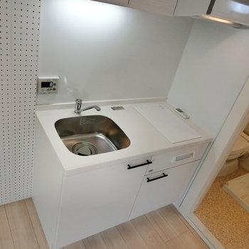 白いキッチン。※写真は1階の反転間取り別部屋です。