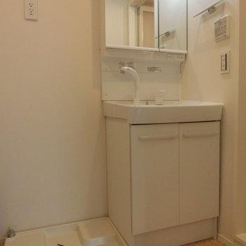 洗濯機置場と洗面台。※写真は1階の反転間取り別部屋です。