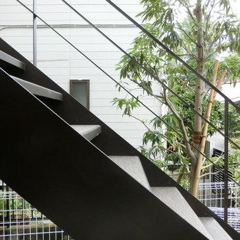 窓のすぐ横、階段と木々。※写真は1階の反転間取り別部屋です。