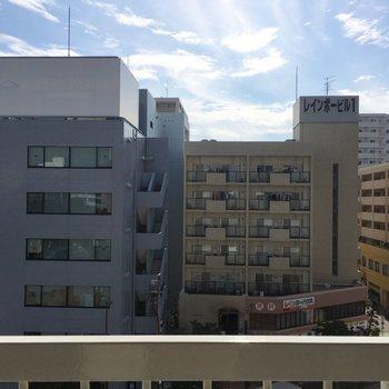 眺望は道路を挟んだ向かいのマンション。圧迫感はありません。