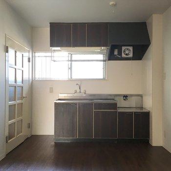 そしてキッチンスペース。レトロなドアと色合い。ゆったりしているのでテーブルも置けますよ。