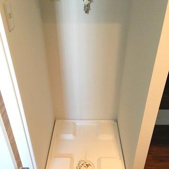 洗濯置き場。上に棚ありました!