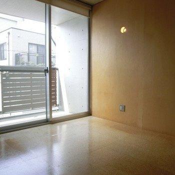 窓が大きいので日が差し込みやすいです。※写真は3階の同間取り別部屋のものです