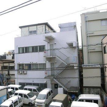 眺望はあまり期待できません。※写真は3階の別部屋からの眺望です