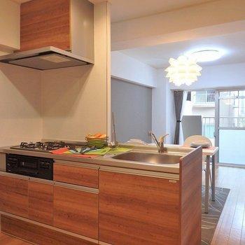 キッチンは3口ガスコンロ。※写真は同間取り別部屋のものです。