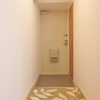 玄関はこんな感じ。シューズボックスには姿見もついています。※写真は同間取り別部屋のものです。