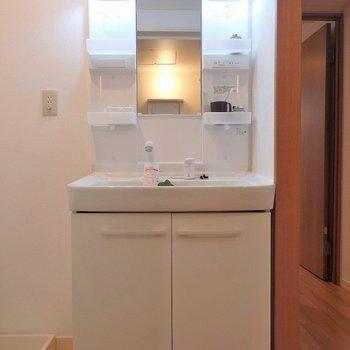 洗面台も清潔感◎※写真は同間取り別部屋のものです。
