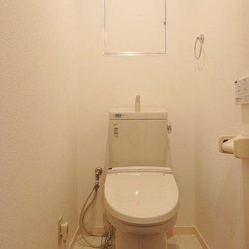 トイレはウォシュレット付。※写真は同間取り別部屋のものです。
