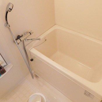 お風呂はこんな感じ。シンプル。※写真は同間取り別部屋のものです。