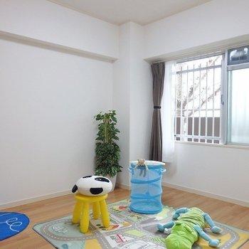 洋室②:こちらは子供部屋に。※写真は同間取り別部屋のものです。