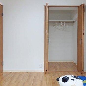 洋室②:クローゼットは奥行きもゆったり。※写真は同間取り別部屋のものです。