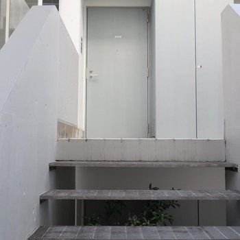 玄関手前に階段があります。