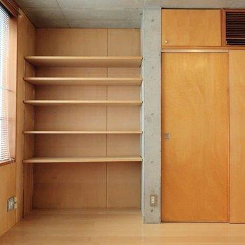 お部屋入ると正面はオープン収納!