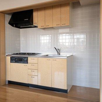 収納力があるキッチン!冷蔵庫置き場もしっかりあります。