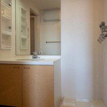 洗面台の鏡が大きめで身支度楽々です。
