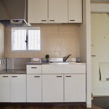 白いキッチンがお部屋に合いますね