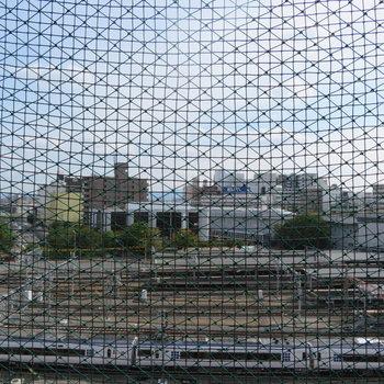 鳥除けのネットですかね?眺望もかなりよし。※写真は前回募集時のものです。