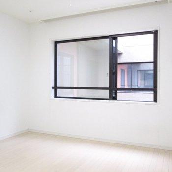 【2F】寝室も白を基調としたお部屋です。