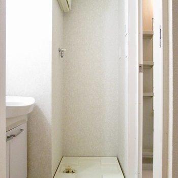 【2F】左は脱衣所です。洗濯機置き場も。