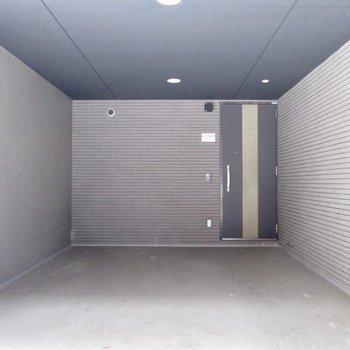 玄関でると車なども置ける広さあります。